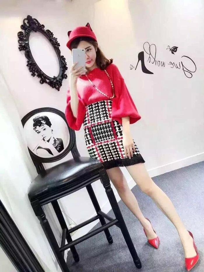 第1款:大红色灯笼袖宽松小高腰毛衣搭配针织流苏裙