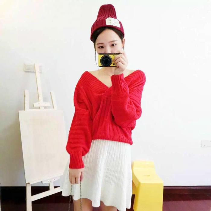 第2款:大红色大V领毛衣