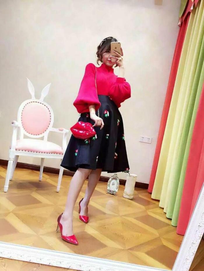 第1款:红色高领喇叭袖收口毛衣搭配朵花伞裙