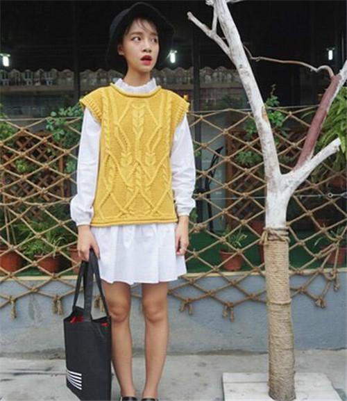 淑女款:姜黄色的编织毛衣马甲+白衬衫裙。冬天穿亮色一些更养眼,姜黄色瞬间就能让MM们变得亮眼,内搭一件白衬衫裙,立变淑女美美哒~~