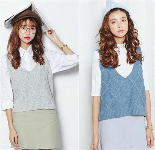 小清新风美搭:灰色or蓝色编织毛衣马甲+白衬衫。将气质淋漓尽致展现出来,穿衣瞬间变得有品味,有气场。