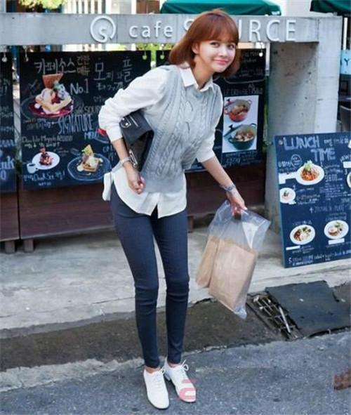 优雅淑女风:灰色的编织毛衣马甲+白衬衫