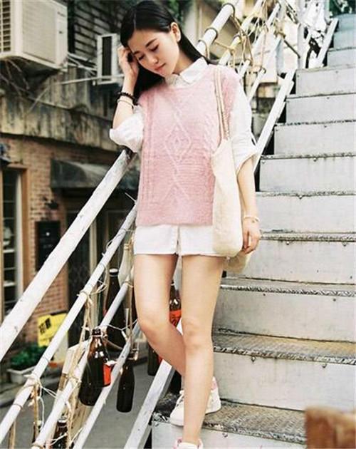 文艺小女生气质:粉色的编织毛衣马甲+白衬衫。今年冬天都超流行2016年粉色的,出街look要舒适一些,就选择一对运动鞋吧。