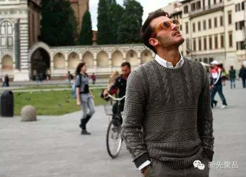 灰色棒针男士圆领毛衣,内搭白色衬衫体现绅士风范