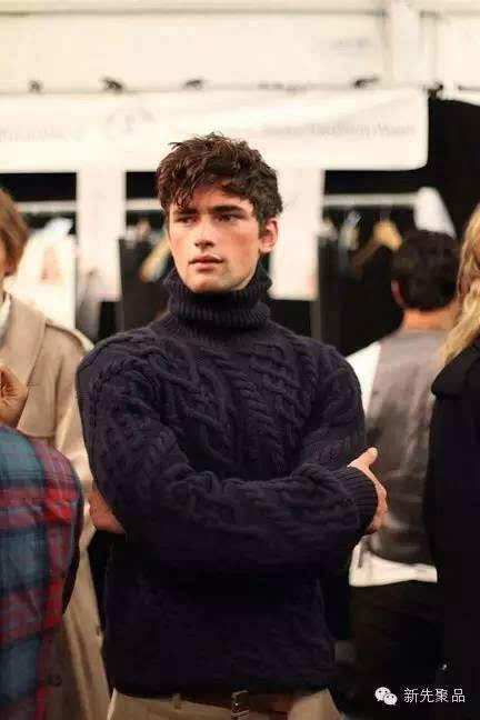 粗棒针的男士高领毛衣 给人阳光而随意的感觉,也会显得脖子更长。