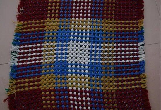 手工旧毛线编织地毯,是继十字绣之后的又一时尚装饰潮流。相信很多家里都积累了很多旧毛衣,扔掉觉得可惜,但放着又碍事,怎么办呢,别犹豫了,把它们变废为宝吧,做成手工旧毛线编织地毯,美化你的家,展现你的生活艺术。
