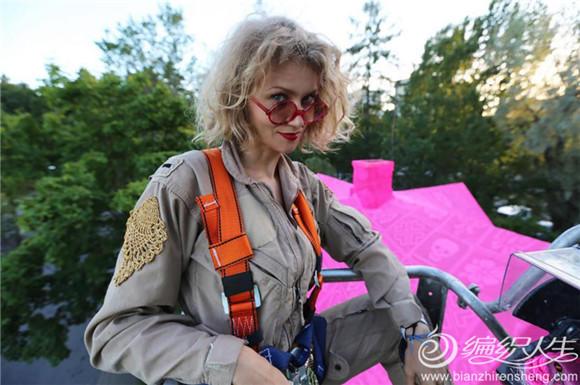 这位曾经用彩色毛线把一列火车包裹起来、潜入水下进行编织的艺术家Olek,近日她又用粉红色的毛线将在芬兰 erava、瑞典Avesta的两栋老屋包裹得严严实实,这些毛线织物是由有着各式图案的经典钩针方格编构成的织片拼接而成。