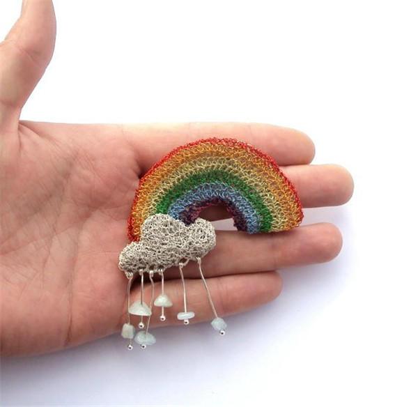 金属丝编织彩虹胸针