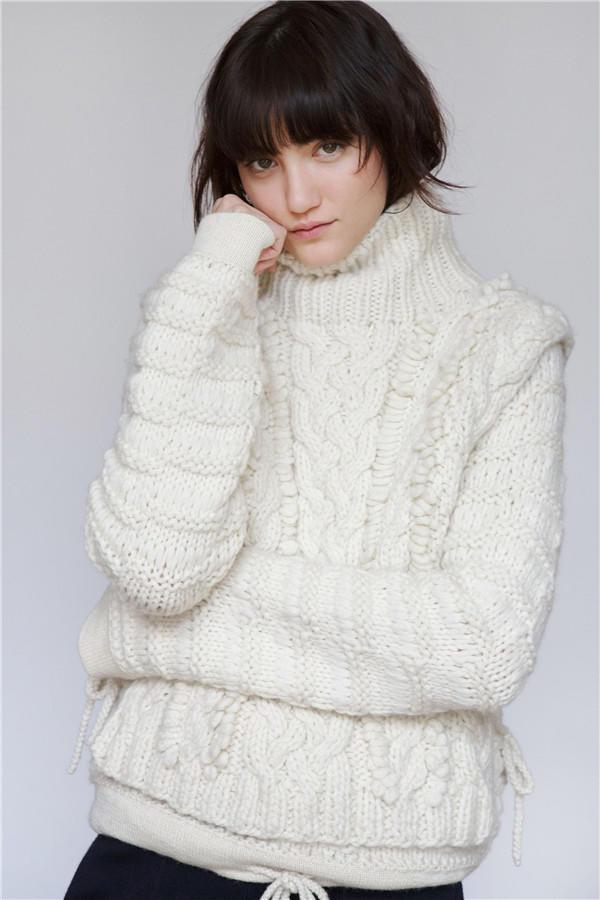 白色麻花花样毛衣