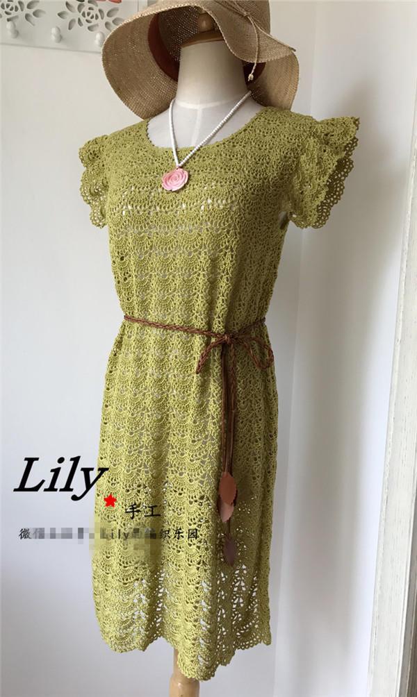 这件连衣裙的衣身加针是在花样中加出的,基础花型不变 ,自然形成A摆形 由于线材特性,下水后未经熨烫花样就已经很平整。 裙子是由上往下钩的,由于线材比原版线材要细很多,所以我是增加了花型的,在领口的加针部分,画了图解,可以参考