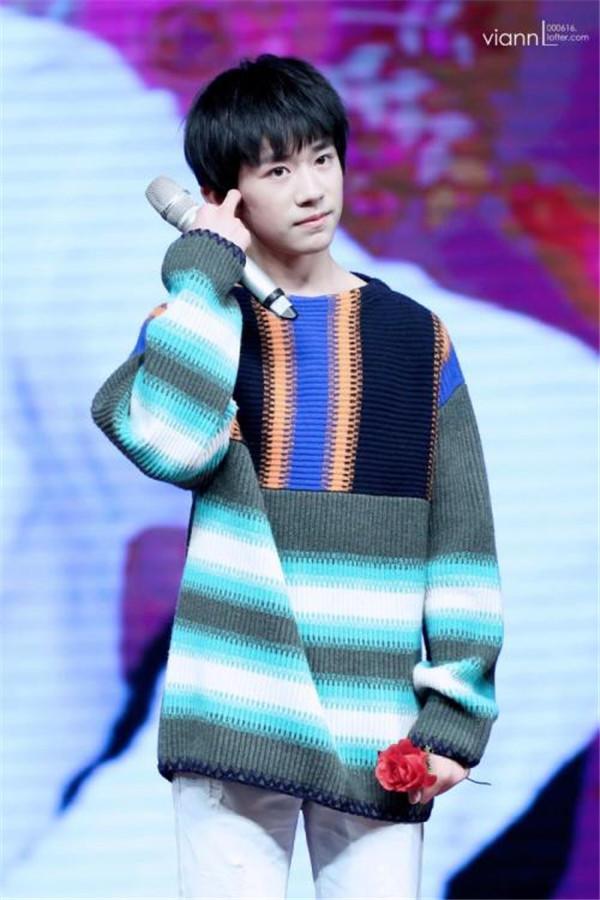 男孩拼色条纹毛衣