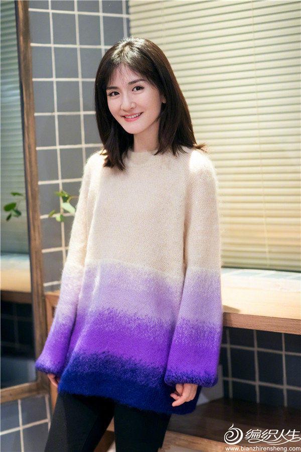 1谢娜 《朋友请听好》造型,身穿渐变紫色毛衣,柔和甜美,彰显温柔气质。  (5).jpg