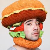 澳州男子钩编巨型快餐帽子妙趣横生