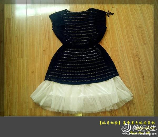 这件衣服不少姐妹仿过,但一般都是修身款的,我的这件稍宽松,更体现一种休闲风格。 虽然是黑色,配上白色打底衣裙在夏天并不显得沉闷。 成衣尺寸胸围:96CM 衣长:72CM,袖口:18CM   线线:以前在实体店买的棉线(线的质量不错,钩出来衣服不变形) 用量:大约7两 用针:1.75钩针   衣服花样很简单,钩的松紧要均匀,出来的成品才好看。 衣服要片钩,不能圈钩,否则开袖笼后上下花样不一样。 没像原版弄成A型,而是直筒,没有加减针,适合新手.