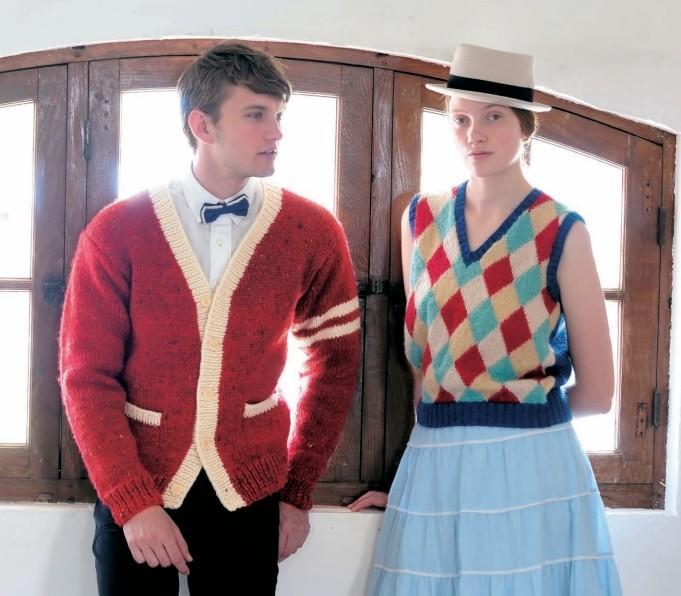 """(男生)这是袖子上加入两条线设计的常青藤风格与苏格兰毛呢线的新鲜组合。 使用这种毛线编织较大的男士毛衣,完成后的重量之轻,一定会给你惊喜。再也没有理由抱怨""""手工编织的太重了,我不喜欢 """"(女生)一般找不到颜色这样鲜艳的马海毛菱形图案背心的出售品。成人的学院风毛衣,不但可以提升女性的魅力,而且好搭配又潇洒。与少女风相配的蕾丝花边喇叭裙和硬礼帽,绝妙地凸显了女性的魅力"""