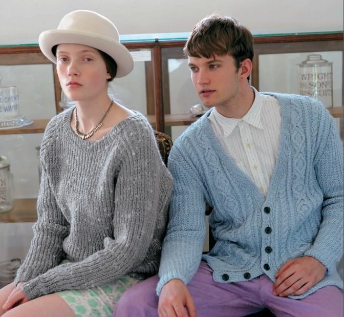 (女生)使用有趣的线编织有点像泡泡的英式罗纹针,编织出英伦风的基本款毛衣。有分量的织片,奢华的线条若隐若现,反而凸显了女性气质。从略低的领口看到的锁骨让人心动。看到的那个人,或许会被丘比特一下射中了呢?(男生)基本款的阿兰开襟毛衫,使用素色的混纺线编织,更添一点柔和的感觉。袖子没有麻花针等复杂的设计,而是采用了简洁的变化的罗纹针,就改变了以往沉重的印象,整体给人以轻便的感觉。