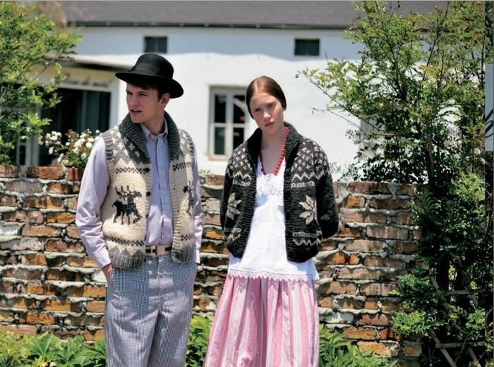 """(女生)科维昌式厚毛衣的编织短外套上编织了闪耀的星星花样。八角星图案不限于编织,还会被使用在各种各样的东西上,可以说是万能的图案。无论使用什么颜色进行编织,都适合男生、女生穿着,真是不折不扣的顶级巨星图案。(男生)以其英勇的姿态被称作""""森林之王""""的驼鹿,在这里被编织成了可爱的图案,但其样式的精美依旧体现出了王者风范。能够快速编织完成,又厚又暖和的科维昌式的厚马甲非常适合淘气爱动的他。快编织一件作为礼物送给他吧。"""