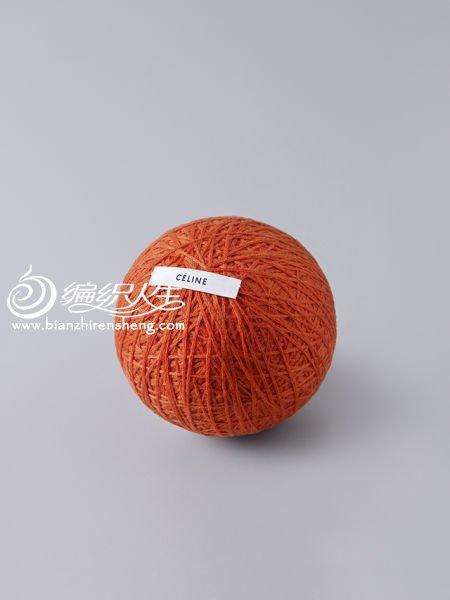 时尚算个毛球:艺术家现场拆解名牌毛衣缠成毛线球