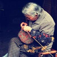 编织故事 母亲编织浓浓的爱