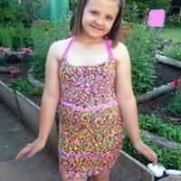英国11岁女孩爱好编织 90英镑打造塑料绳裙子