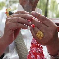 男人爱编织 87岁54岁大老爷们公园钩花成风景