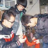 戒网瘾、献爱心 五花八门大学男生玩编织