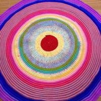 毛线与粗绳结合钩编彩虹垫