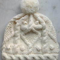 甜美奶白色棒针编织毛球帽