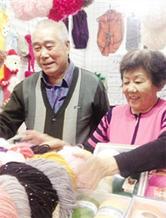 56年相伴相随老夫妻退休后开毛线店