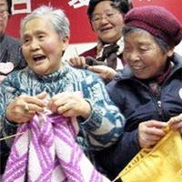 南京奶奶团多年织毛衣关爱孤儿