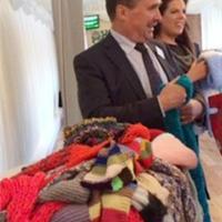 为公益给英国议员送手编围巾