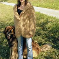 法国养狗人士收集爱犬毛发织毛衣