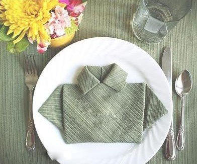 折纸手工一直都受到很多爱美人士的喜爱,但有时候材料也不一定是纸。任何东西其实都是可以折出有意思的形状的。有兴趣的就看一下吧!   利用布餐巾折叠好玩的迷你衣服盘花,虽然不是用纸张折的,但方法跟折纸可是完全一样,所以就归纳入折纸大全栏目啦~~~小伙伴们一定要好好学学哦,以后去饭店吃饭就不会无聊的等上菜了,可以先拿餐巾来玩玩先~~~   具体这款衣服盘花的折法请看下面的图解教程,还是挺简单易懂的,可以拿自己的手帕或方形毛巾来试试手,或者用纸张来折也可以啊!