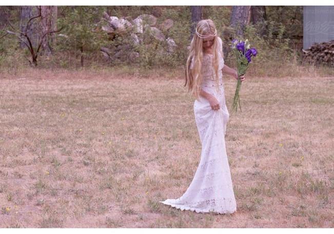 钩针是一门美丽的艺术,特别适合波西米亚风的裙子或者复古婚纱礼服,尤其是夏日款的。由于钩织大部分采用纯棉材质,织物都很舒适,透气。这种技术可以创造出很多浪漫的图案,精细又复杂。我喜欢钩针的一点就是它能创造出广泛的风格,从别致的花园款,到海滩波西米亚款。钩针也是1800年代爱尔兰婚纱流行的技术,你仍然可以找到与流动的象牙棉钩花边层和一些惊艳的复古风格。     #p#副标题#e#