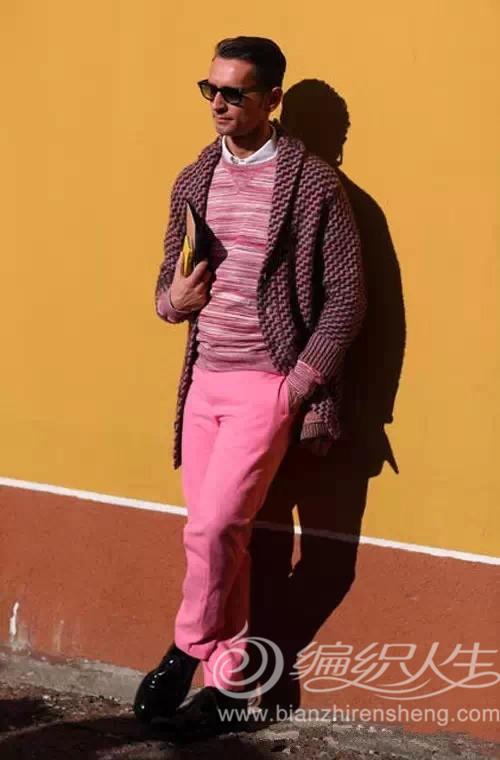 色系贯穿全身,粉红色休闲裤上搭同色系花纹上衣及白衬衫,外罩的翻领