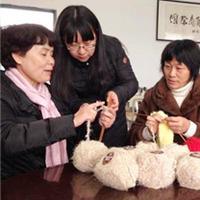 编织新闻网罗:国内外各种由头织围巾