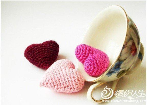 用毛线编织的可爱心型装饰物