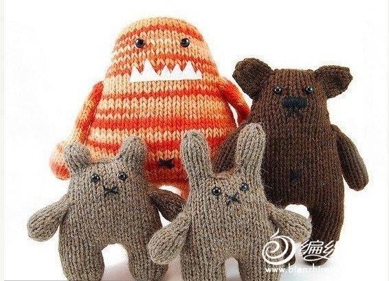 很多人都会使用棒针去编织一些围巾或者是毛衣之类的实用之物,而普遍都是使用平针鱼尾针,谁知就是这些简简单单的编织针法通过一双巧手就可以造就了一只只可爱无比的小动物与毛线小物,比起勾织的小动物毫不逊色,一起来欣赏国外的棒针之物吧,如果你喜欢棒针编织也可以尝试这种做法。