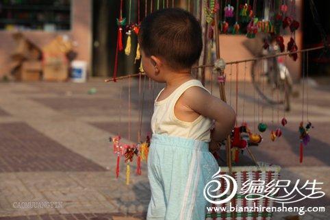 七旬老人手工制作荷包和心型香包