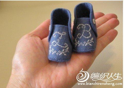 不织布与单色十字绣制作的婴儿鞋装饰品