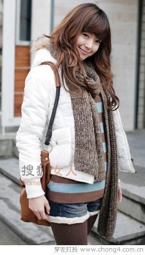 短款羽绒服和毛衣的搭配