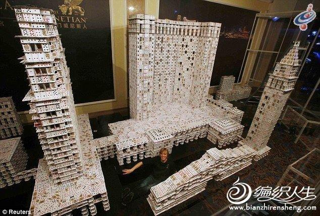 手工小制作 牛人用扑克堆出世界最大纸艺建筑