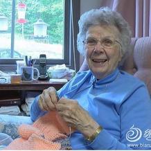 美国两位近百岁老人依然针织助力国际慈善