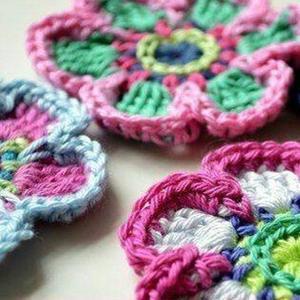 零线编织色彩斑斓六瓣花 单独做装饰或作为服饰搭配都可以