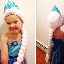 两位妈妈为抗击癌症的女孩钩织童话假发帽