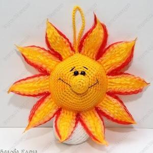 两个大圆片与一个小圆球构成的简单钩针太阳制作过程图