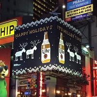 街头艺术家手工编织圣诞风户外广告牌(含视频)