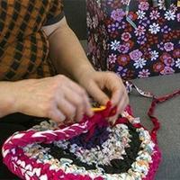 80岁老奶奶困公厕织毛衣 游戏大会织毛衣的姑娘