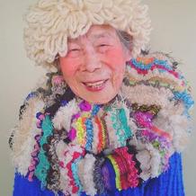 93岁奶奶做模特卖萌秀孙女的多彩编织物