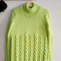 草绿色女孩棒针高领扭花毛衣